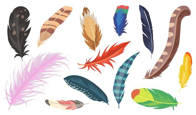 Vielzahl von bunten federn flachen gegenstandsset. karikatur glänzender strauß, fasan und papagei isolierte vektorillustrationssammlung. vogelfeder und dekorationskonzept