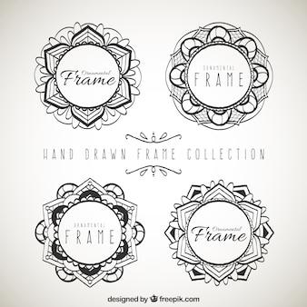 Vier handgezeichnete ornamentale rahmen