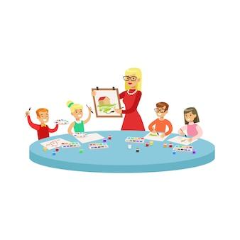 Vier kinder in der kunstklasse, die cartoon-illustration mit grundschulkindern und ihrem lehrer in der kreativitätsstunde malt