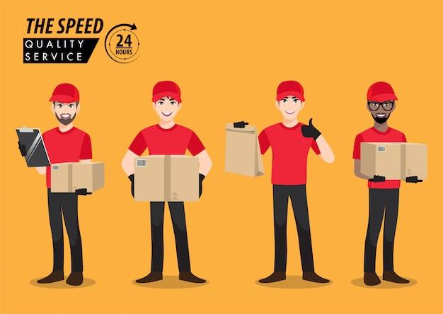 Vier lieferbotenangestellter in roter t-shirt-uniform der leeren kappe halten leere pappe, schachtel und papiertüte lokalisiert, flaches symbol und karikaturentwurf
