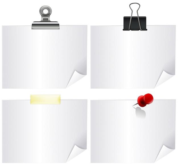 Vier whitepaper mit büroklammern
