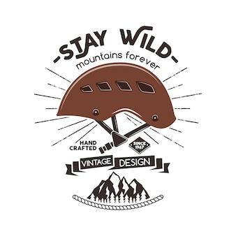 Vintage bergsteigerabzeichen. kletterlogo, vintage emblem. kletterausrüstung - helm und text bleib wild - berge für immer