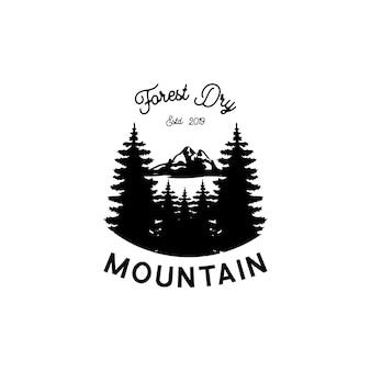 Vintage emblem des bergforschers. logovorlage mit bergen, wald, bäumen. symbol für outdoor-aktivitäten