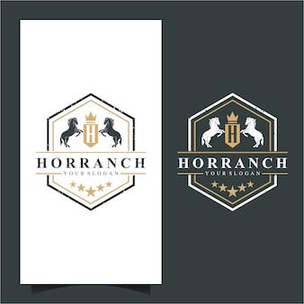 Vintage emblem mit pferden. retro goldenes wappen mit schild und zwei pferden. kann als logo, emblem oder banner für luxus-, royal- oder vintage-designkonzepte verwendet werden.