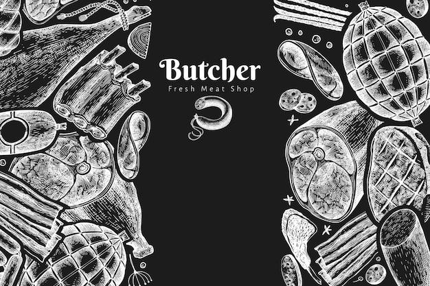 Vintage fleischprodukte vorlage. handgezeichneter schinken, würstchen, gewürze und kräuter. retro-illustration auf kreidetafel.