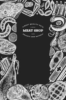 Vintage fleischprodukte vorlage. handgezeichneter schinken, würstchen, jamon, gewürze und kräuter. retro-illustration auf kreidetafel.