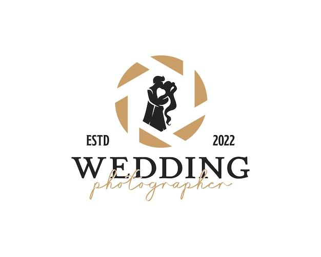 Vintage-fotograf-logo-silhouette eines ehepaares in der logo-design-vorlage des objektivverschlusses