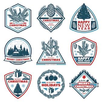 Vintage frohe weihnachten embleme mit inschriften nadelbäume zweige kegel waldhaus präsentiert kugeln isoliert