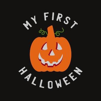 Vintage halloween-typografie-abzeichengrafiken mit kürbis und zitattext - mein erstes halloween. urlaub beängstigend emblem, retro-label. stock-vektor-aufkleber.