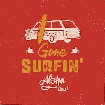 Vintage handgezeichnete sommer. gegangenes surfen - aloha zeitzitat mit altem auto der brandung und shaka zeichen