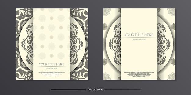 Vintage hellcremefarbene postkartenvorbereitung mit abstrakter verzierung. vorlage für das design einer druckbaren einladungskarte mit mandala-mustern.