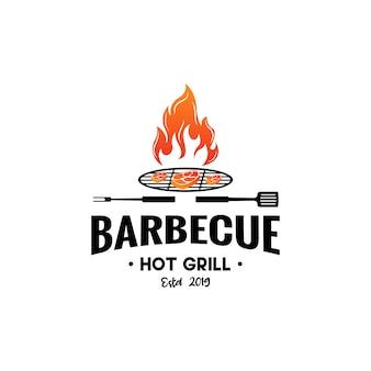 Vintage hipster grill barbeque einladung party barbecue bbq mit gekreuztem gabelspatel und feuerflamme logo design