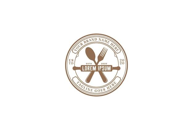 Vintage hipster nudelholz mit löffel gabel für café bäckerei restaurant logo design vector