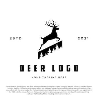Vintage-hirsch-logo mit kiefern-illustrationssilhouette für marken- oder logo-geschäft