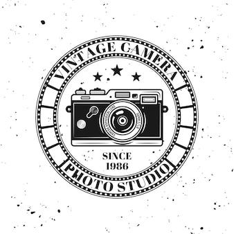 Vintage-kamera-fotostudio-vektor-emblem, etikett, abzeichen oder logo im monochromen stil einzeln auf hintergrund mit abnehmbarer grunge-textur