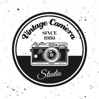 Vintage kamera vektor rundes emblem, etikett, abzeichen oder logo im monochromen stil auf strukturiertem hintergrund