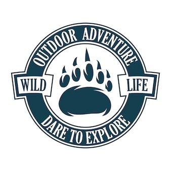 Vintage logo-stil druck design illustration von emblem, patch, abzeichen mit tier tier fuß pfote von grizzlybär. abenteuer, reisen, sommercamping, outdoor, natur, wildnis, erkunden.
