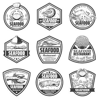 Vintage monochrome meeresfrüchte-etiketten, die mit krabbengarnelen-tintenfisch-tintenfisch-tintenfisch-muschel-hummer lokalisiert werden
