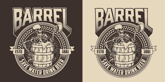 Vintage monochromes abzeichen brauen mit betrunkenem skelett, das einen krug bier hält und in einem holzfass sitzt