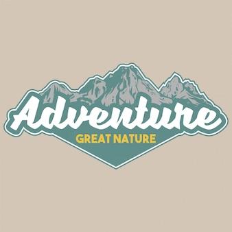 Vintage patch mit großen schneebedeckten bergen für wanderungen. abenteuer, reisen, sommercamping, naturkonzept im freien