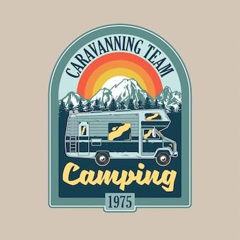 Vintage patch, mit klassischem familien-wohnmobil zum caravaning auf bergen. abenteuer, reisen, sommercamping, outdoor, naturreise
