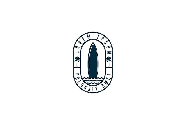 Vintage retro surfbrett mit palm beach für sport club abzeichen logo design vector