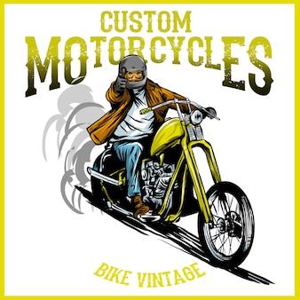 Vintage rockabilly-schädel, die ein klassisches chopper-fahrrad reiten