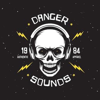 Vintage rockmusik bezog sich t-shirt grafiken. gefahr klingt. authentische kleidung