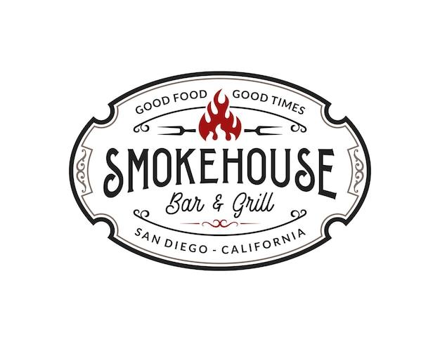 Vintage smokehouse bbq barbecue bar und grill logo-design mit gabel und feuer