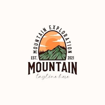 Vintage sunrise mountain pine tree immergrüner baum für outdoor-abenteuer-logo-design-vorlage