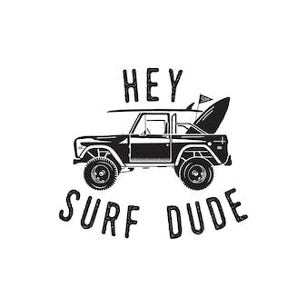 Vintage surf-logo-print-design für t-shirts und andere verwendungen. hey surf dude typografie zitat kalligraphie und surf-auto-symbol. ungewöhnliches handgezeichnetes sommer-grafik-patch-emblem. lagervektor isoliert.