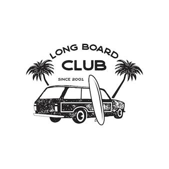 Vintage surf-logo-print-design für t-shirts und andere verwendungen. long board club-typografie zitieren kalligraphie und van-auto-symbol. ungewöhnliches handgezeichnetes grafik-patch-emblem zum surfen. lager vektor.