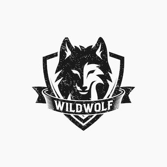 Vintage wild wolf logo lokalisiert auf weiß
