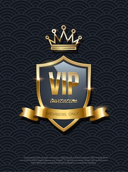 Vip-einladung mit glänzender glühender goldener krone auf schild und band auf schwarzem hintergrund, partyprämie, exklusives gestepptes designplakat, königliche luxusschablone.