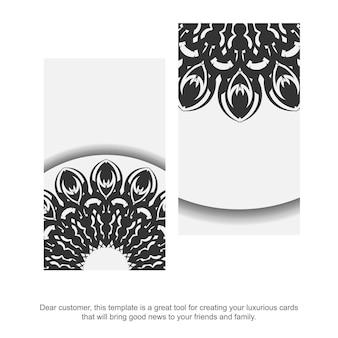 Visitenkarte weiße farben mit mandalaverzierung. druckfertiges visitenkartendesign mit platz für ihren text und schwarzen mustern.