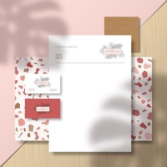Visitenkarten und briefkopf auf terrazzo-musterfliese und -oberfläche