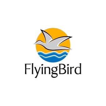 Vogelfliegen auf ozean-logo-konzept geeignet für reise- und abenteuerunternehmen