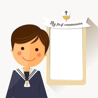 Vordergrundkind der ersten kommunion mit mitteilung