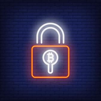 Vorhängeschloss mit Bitcoin Leuchtreklame. Rotes Vorhängeschloß mit Bitcoin Symbol innerhalb des Lochs.