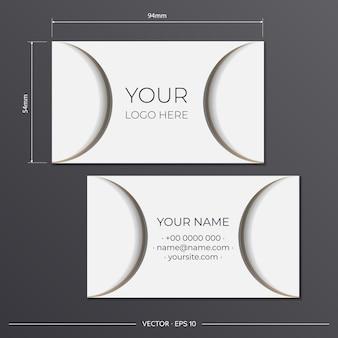Vorlage für printdesign-visitenkarten in weißer farbe mit beigen mustern. bereiten sie eine visitenkarte mit einem platz für ihren text und einem abstrakten ornament vor.