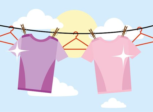 Wäsche-t-shirts und kleiderbügel hängen am himmelshintergrund