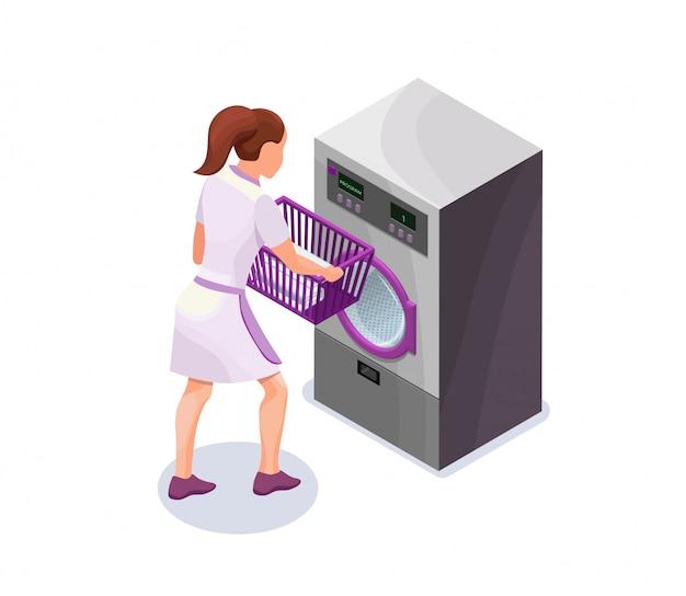 Wäscherin, die korb mit kleidung nahe waschmaschine hält