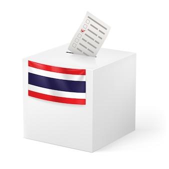 Wahl in thailand: wahlurne mit stimmpapier lokalisiert auf weißem hintergrund