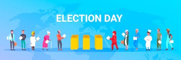 Wahltag konzept verschiedene berufe wähler, die stimmzettel am wahllokal während der abstimmung der leute abgeben, die papierwahlzettel in kasten des horizontalen weltkartenhintergrunds in voller länge setzen