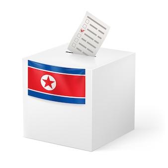 Wahlurne mit wahlpapier auf weißem hintergrund