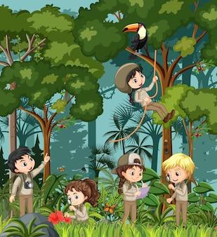 Waldszene mit vielen kindern, die verschiedene aktivitäten machen