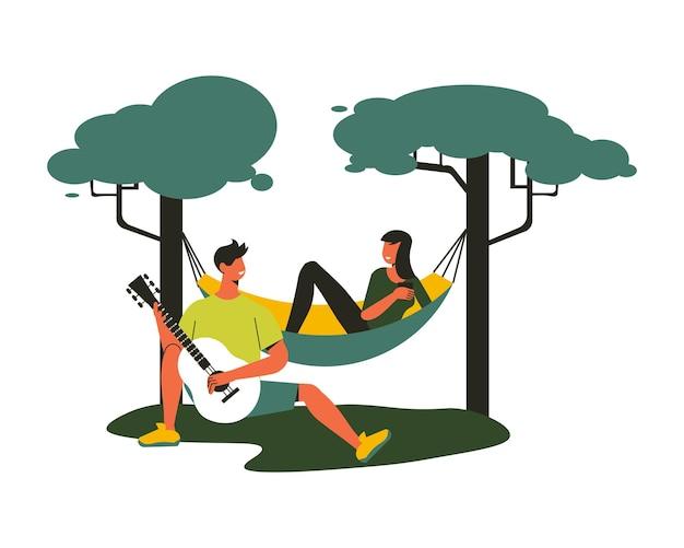 Wanderkomposition mit männlichem charakter, der gitarre spielt, während das mädchen in der hängematte zwischen den bäumen liegt