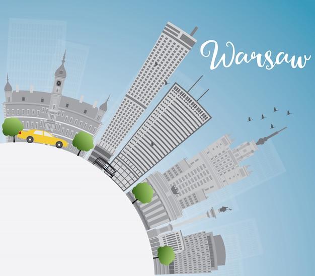 Warschau-skyline mit grauen gebäuden, blauem himmel und kopienraum.