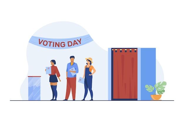 Warteschlange von menschen mit papier an wahlurnen. wahltag, wählerschaft, umfrage flache vektorillustration. wahlkampf, politik, wahl