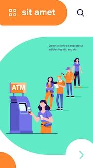 Warteschlange von personen, die für die verwendung von geldautomaten stehen. bankkunde, die kreditkarte in den steckplatz für die transaktion einfügt